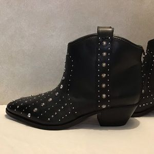 Sam Edelman Brian Studded Ankle Bootie. Size: 6.5